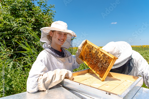 Photo Young girl beekeeper