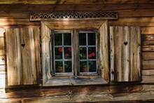 Drewniany Dom Z Drewnianymi Ok...
