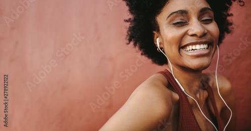 Fotografiet  Happy female runner smiling