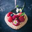 canvas print picture - Süßes Erdbeertörtchen in herzform - sommerliches Dessert