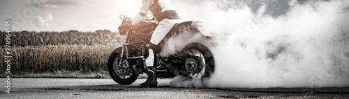 wilder Motorradfahrer lässt die Reifen bei einem Burnout durchdrehen und macht e Canvas-taulu