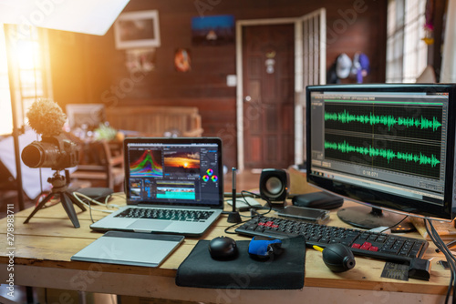 Valokuva  The content creator sound waves monitor preview in the freelance house studio