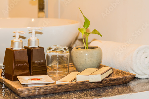 Photo Hotel and spa amenities on a wooden tray