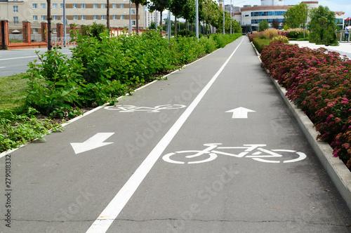 Photo Urban bike lane in a Kazan city park.