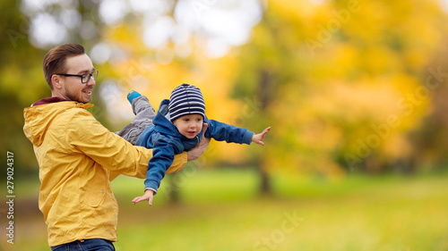 Fotografía family, childhood and fatherhood concept - happy father and little son playing a