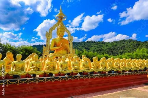 Cuadros en Lienzo  golden Buddha statue with among small 1,250 Buddha statue at Makha Bucha Buddhis