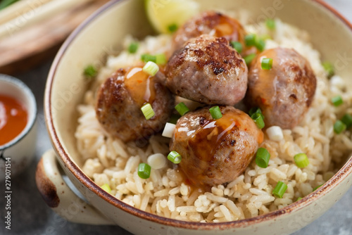 Fotografia Close-up of roasted pork meatballs and rice in a bowl, selective focus