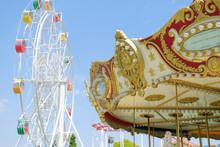 遊園地の観覧車とメリーゴーランド