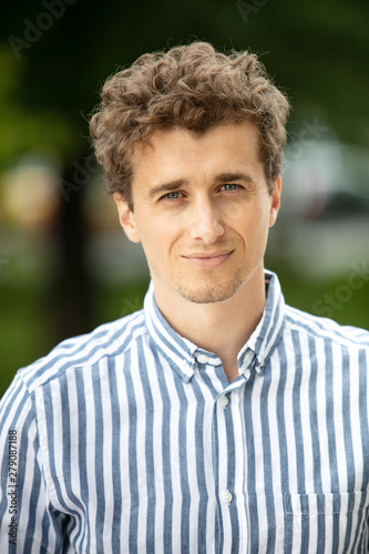 Photo  portrait of a young man outside