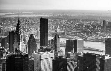ニューヨーク マンハッタンの摩天楼とイーストリバー モノクロ