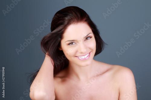 Photo Portrait d'une jeune femme brune souriante en studio