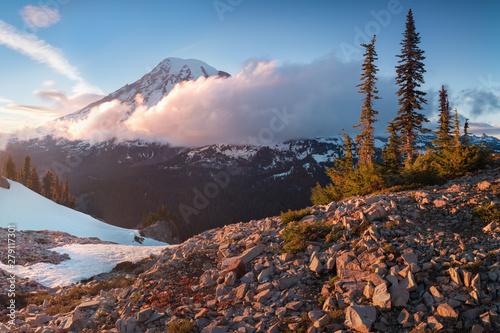 wieze-mount-rainier-nad-otaczajacymi-gorami-polozone-na-wysokosci-14-411-stop-jest-uwazany-za-jeden-z-najbardziej-niebezpiecznych