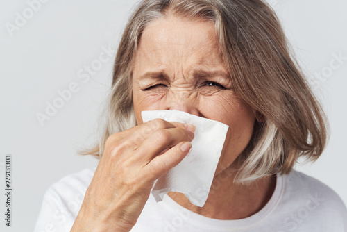 sick woman blowing her nose Canvas-taulu
