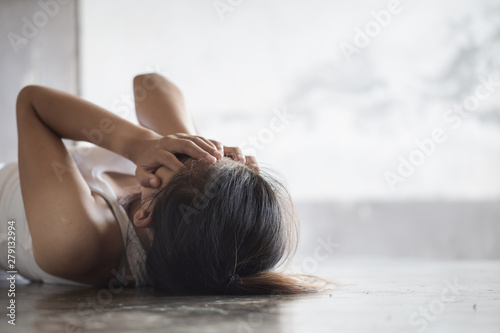 Photo Depression or domestic violence Concept, Black and white image of a young woman crying and covering her face useful to illustrate stress