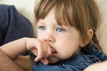 Portrait Petite Fille Doigt Dans La Bouche