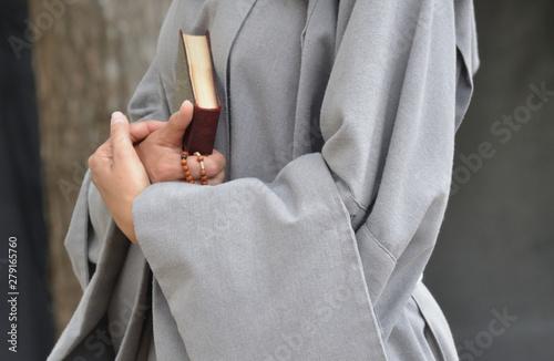 Photo  Bonne soeur avec missel et chapelet
