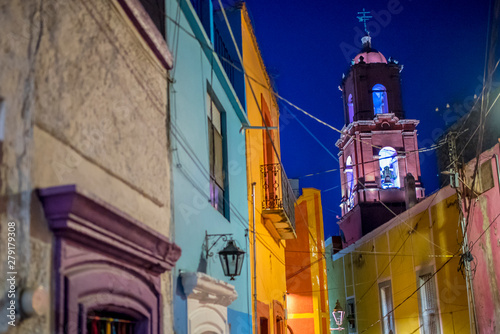 iglesia en callejón Fototapeta