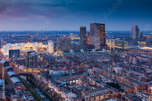 Photo aerial view on the city centre of The Hague at dusk
