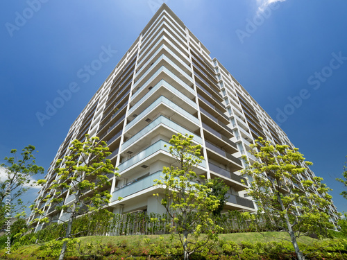 Obraz 新緑と大型マンション - fototapety do salonu