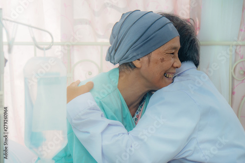 Fotomural  asian senior cancer patient during chemo therapy feel happy with smiling face an