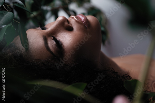 Fotografía  Closeup portrait of a beautiful metis woman with perfect smooth glowing mulatto skin, full lips and black hair