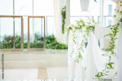 Leinwand Poster 純白のチャペルと装花