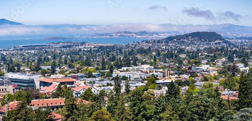 Fotografia View towards Berkeley, Richmond and the San Francisco bay area shoreline on a su