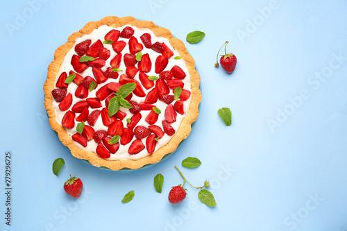 Obraz na plátně  Tasty strawberry cake on color background