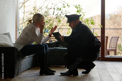 Valokuvatapetti Psychologe der Polizei redet mit Opfer nach Einbruch