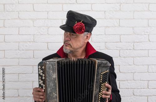 Photo Russian man playing the accordion