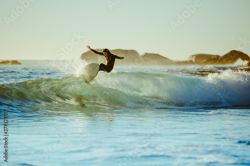 Foto  Young man water surfing in the sea