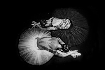 Fototapeta Taniec / Balet Black and white amazing ballerinas