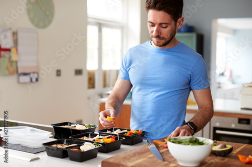 Fotografía Man Preparing Batch Of Healthy Meals At Home In Kitchen
