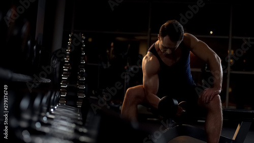 Fototapeten Tanzschule Strong-willed bodybuilder doing seated isolated dumbbell curl, evening workout