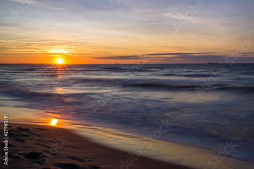 Obraz Zachód słońca nad Morzem Bałtyckim. Zatoka Gdańska, Gdańsk Sobieszewo  - fototapety do salonu