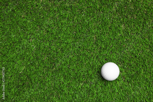 Golf ball on green artificial grass, top view with space for text Fototapeta