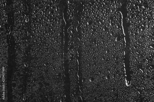 Foto auf AluDibond Wasserfalle Glass with rain drops against dark background