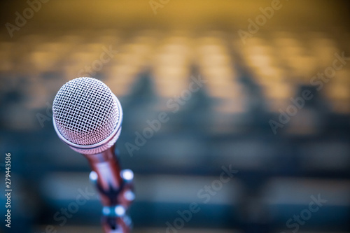 Fotografía  Microphone over the blurred business forum Meeting or Conference Room Concept, Blurred background