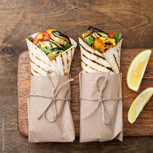 Fotomural  Vegan tortilla wrap, roll with grilled vegetables.