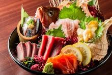 新鮮な魚で作る刺身の盛り合わせ