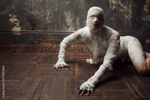 Scary mummy creeps on you Fototapet