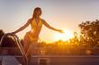 canvas print picture - Schöne Frau steigt zum Sonnenuntergang in einen Swimming Pool