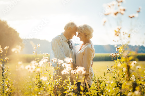 Fototapeta  Senior Frau und Mann sind nach all den Jahren immer noch verliebt