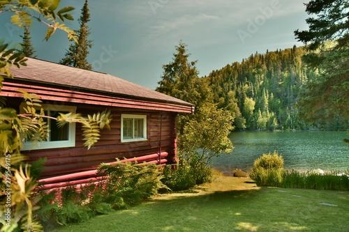 Fototapeta Chalet au bord d'un lac de pêche au Québec, Canada