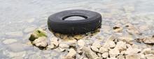 Ein Alter Reifen Liegt Am Ufer