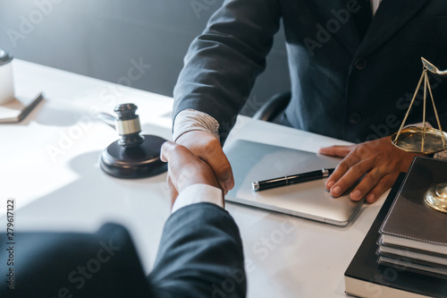 Businessman shaking hands to seal a deal with his partner lawyers or attorneys discussing a contract agreement Billede på lærred