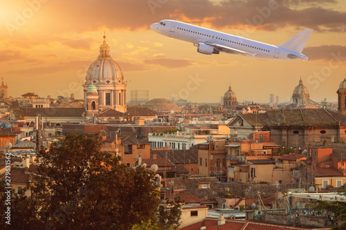 Photo plane over the Vatican at sunny sunset
