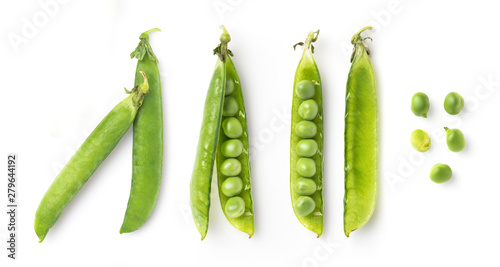 Foto pea pods and single fresh green peas isolated on a white background, food / nutr