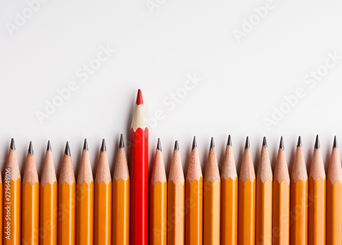 Fotografía  One red pencil standing out of line with similar ones