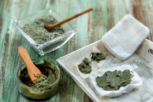 Cadres-photo bureau Spa Clay Spa and medical concept: Clay Poultice Use It to Relieve Inflammation,for abscess,cyst,arthritis,Skincare benefiton green background